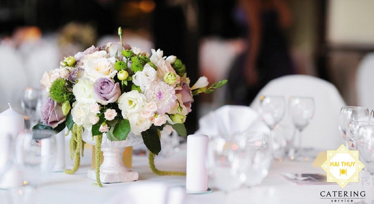 Top 10 kiểu cấm hoa trang trí bàn tiệc dành cho liên hoan chiêu đãi