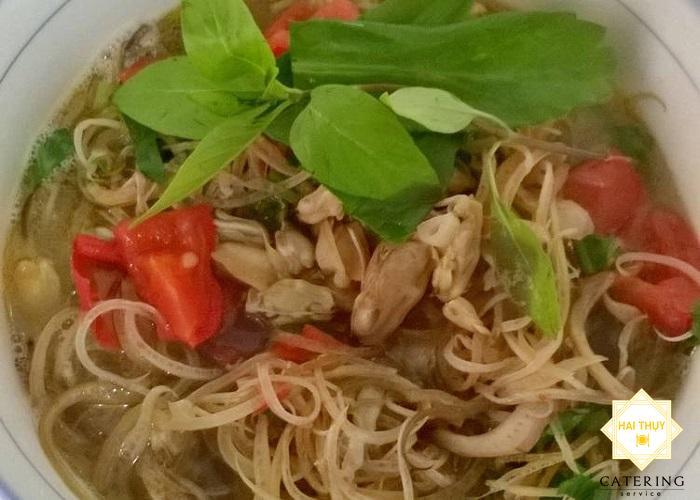 Món canh chua với sự kết hợp của bắp chuối và hến