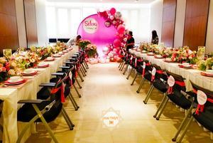 Bàn tiệc đầy sắc hồng thể hiện sự đẳng cấp
