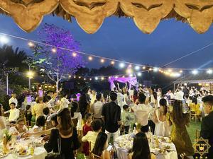 Giây phút mọi người quân quần bên nhau, nâng ly chúc mừng ngày hôn lễ